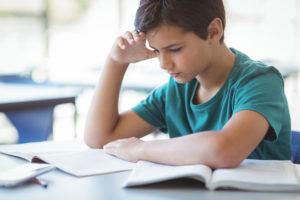 Konzentrieres Schulkind